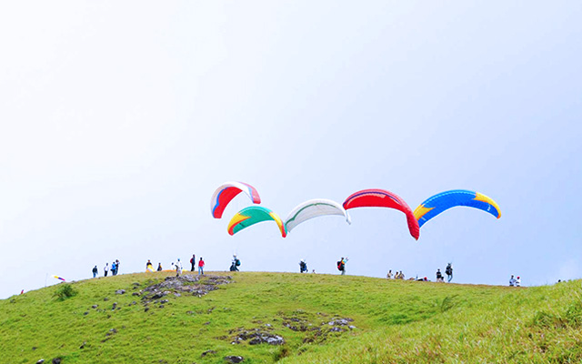 A glimpse of young adventure freaks getting ready to fly through the Vagamon valleys in the thrilling paragliding ride.